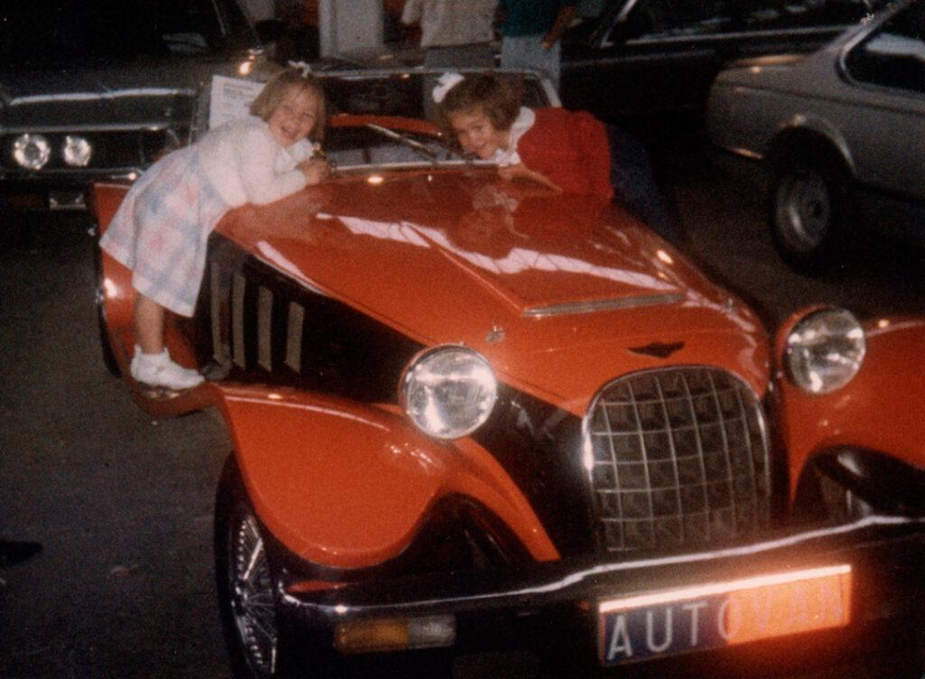 Patricia Lizari de niña rodeada de coches - Europa Automotive
